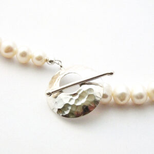 Freshwater pearl necklace with a S/Silver hammered disc toggle