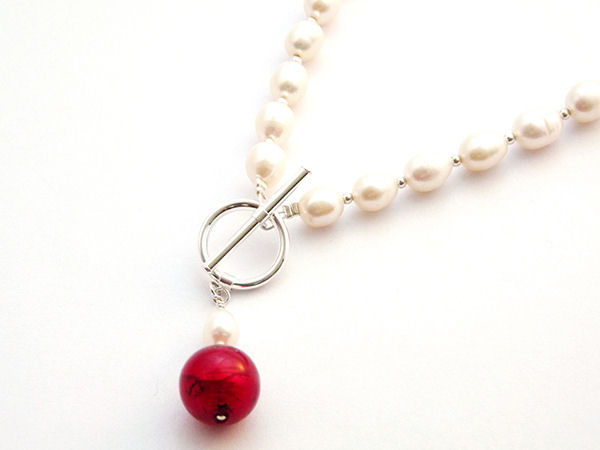 Freshwater pearl necklace with a red Murano Marble